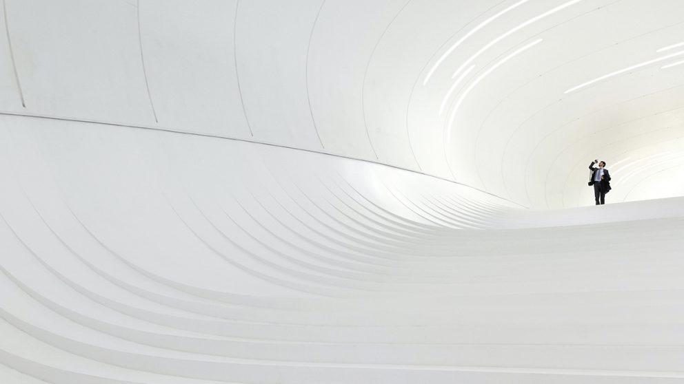 Heydar Aliyev Center, Bakou, Azerbaïdjan, 2012. A l'intérieur, un escalier blanc se mue en une sorte de tunnel de lumière, où le sol, les murs et le plafond participent au mouvement de l'ensemble.