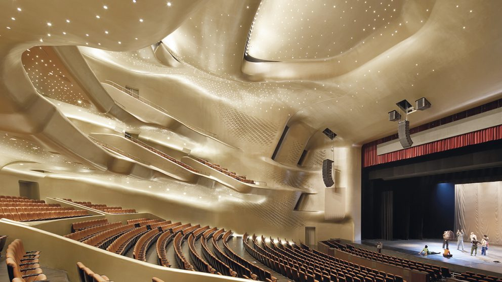 Guangzhou Opera House, Guangzhou, Chine, 2010. La salle principale, avec une capacité de 1 800 spectateurs, a été conçue avec une attention particulière portée à la qualité de l'acoustique, tout en préservant des formes fluides.