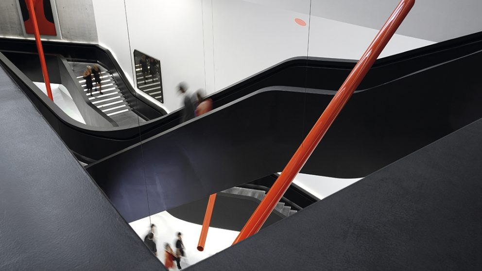 MAXXI : Museum of XXI Century Arts, Rome, Italie, 2009. Ce projet intègre des éléments du contexte urbain afin de créer un espace en harmonie avec la ville, mais dédié à l'art contemporain.
