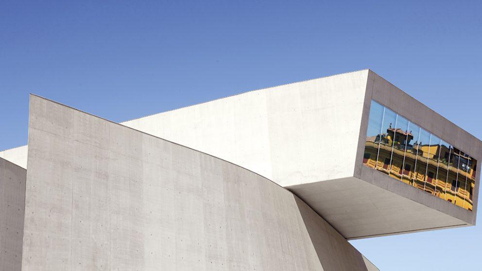 MAXXI : Museum of XXI Century Arts, Rome, Italie, 2009. Une vue extérieure du musée illustre bien l'aspect contemporain de son engagement dans les arts plastiques.
