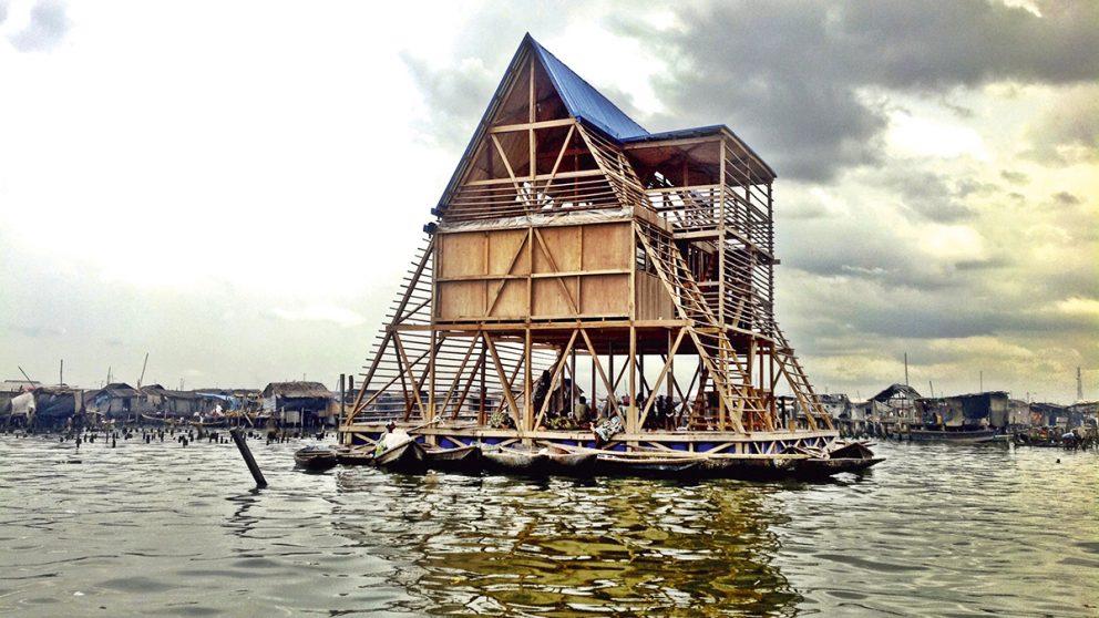 École flottante Makoko dans le lagon de Lagos au Nigeria. D'une superficie de 220 m², ce prototype d'une École flottante, photographié dans le lagon de Lagos, fut endommagé par des intempéries le 7 juin 2016 et sera reconstruit.