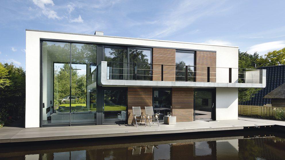 Villa « De Hoef », Pays-Bas. Le but de l'architecte Koen Olthuis est de prouver qu'une habitation flottante peut être aussi moderne, légère et transparente qu'une architecture traditionnelle.