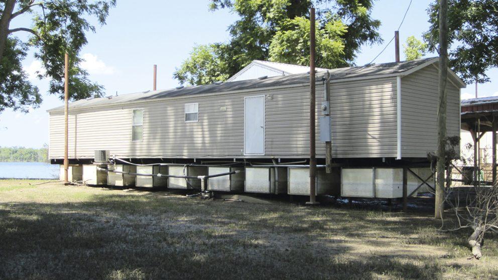 Old River Landing en Louisiane aux États-Unis. Elizabeth English et son équipe préconisent l'utilisation de blocs en polystyrène expansé pour faire flotter des maisons en cas de crue.