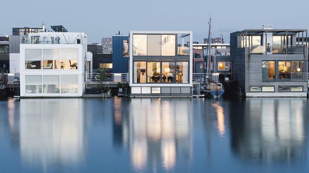 Waterville IJburg 2 à Amsterdam aux Pays-Bas par l'architecte Koen Olthuis Waterstudio. Maison flottante de trois étages (à gauche).
