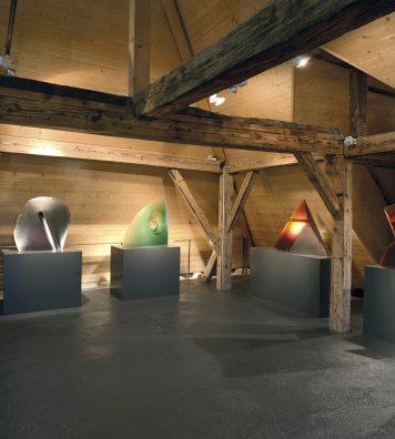 Collections d'art verrier. Le dernier étage du musée est consacré au verre. Une collection très variée et constamment enrichie avec l'acquisition de nouvelles pièces. En haut, « Tête en croix » de Stanislav Libensky et Jaroslava Brychtova.