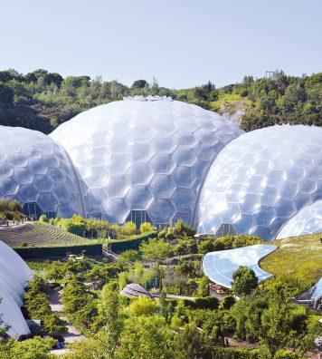 Eden Project, Cornouailles. Installés au cœur d'une ancienne carrière, les deux biomes imaginés par Sir Nicholas Grimshaw abritent des espèces végétales tropicales et méditerranéennes.
