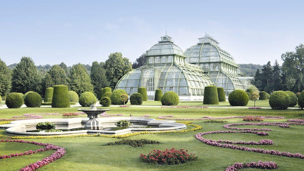 La grande serre tropicale de Schönbrunn, Vienne. Cet édifice remarquable est composé de trois coupoles à quatre pans dont la plus haute mesure 28 mètres pour accueillir les grands arbres tropicaux.
