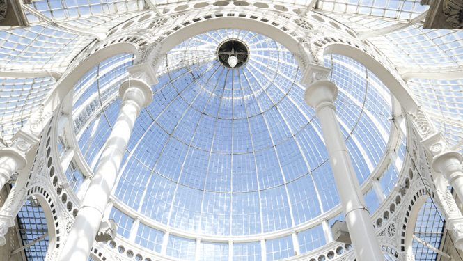 Syon Park à Londres. Datant de 1827, cette réalisation, qui comporte une coupole ovoïde de 12 mètres, est l'une des premières grandes structures de fer et de verre.
