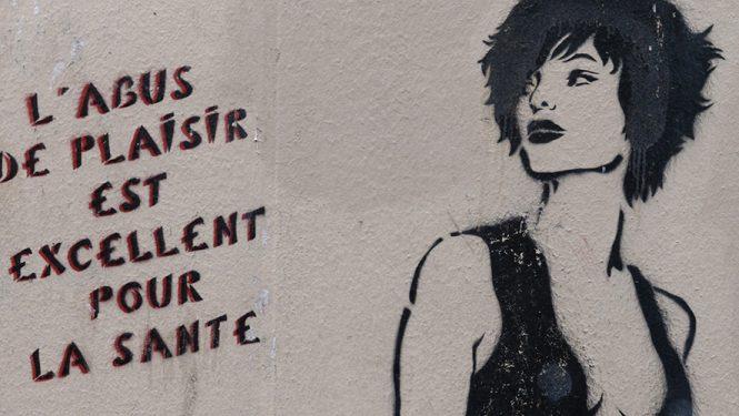 Miss.Tic au cœur de la Butte-aux-Cailles. Cette artiste plasticienne, figure du street art, incarne la femme libre et indépendante.