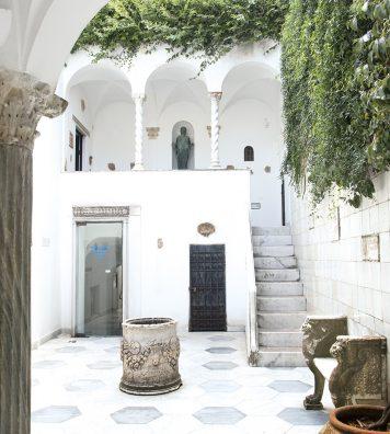 Au centre de l'atrium. Une citerne antique servait à récolter l'eau de pluie sur l'île.