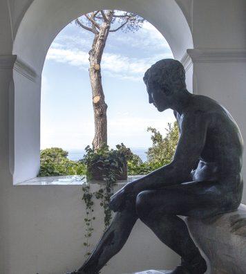 La statue d'Hermès. Le messager des dieux trône au sein de la loggia des sculptures de la Villa San Michele.