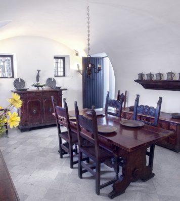 Salle à manger de la Villa San Michele. Les meubles datent de la Renaissance et sont décorés avec des ustensiles de cuisine italiens, anglais et suédois du XVIIIe siècle.