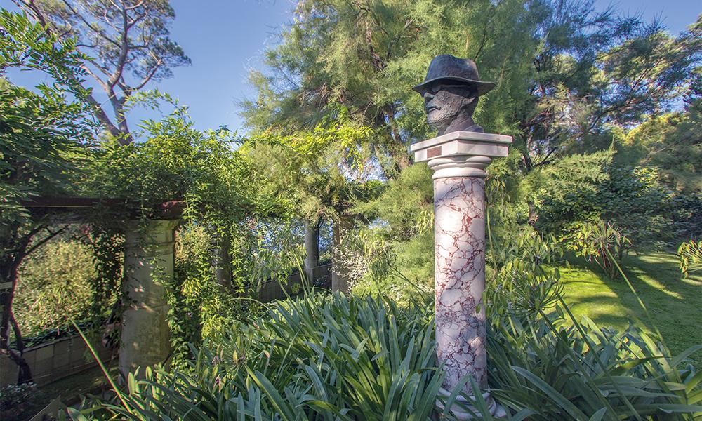 Portrait d'Axel Munthe dans les jardins de la villa, à proximité de la pergola.