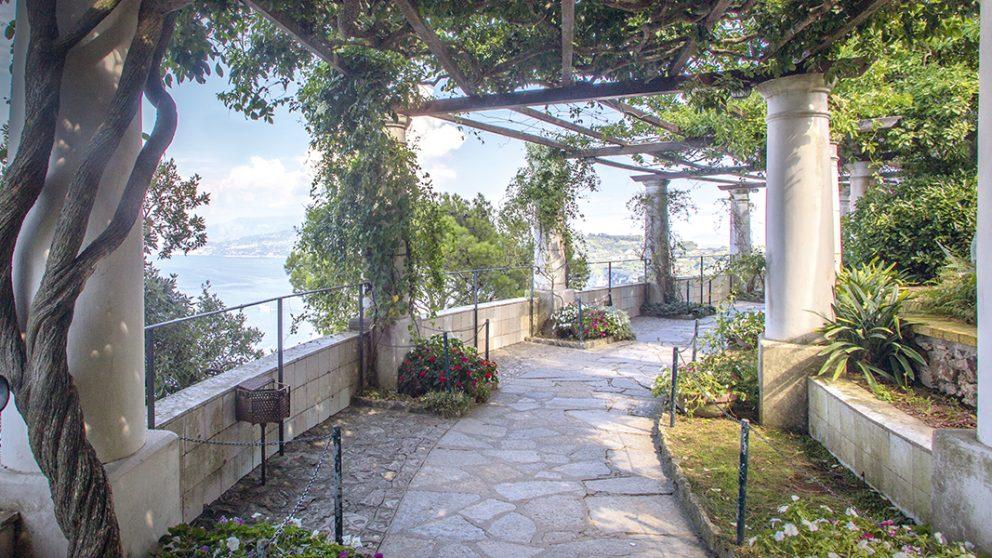 La pergola. Dotée de 37 colonnes et donnant sur la baie de Naples, elle est agrémentée d'impatiens et de plantes grimpantes comme la glycine.