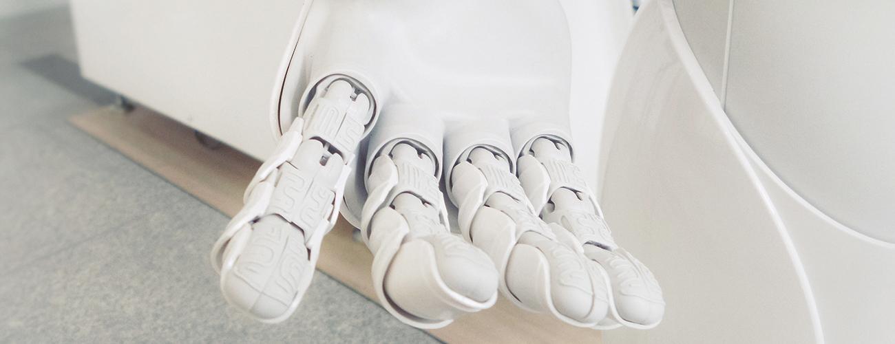 Une main tendue robotique