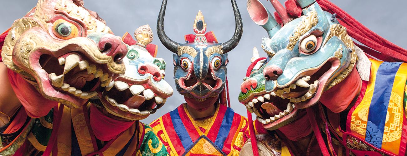 Les danses traditionnelles en costumes colorés avec de magnifiques masques sont très populaires au Bhoutan.