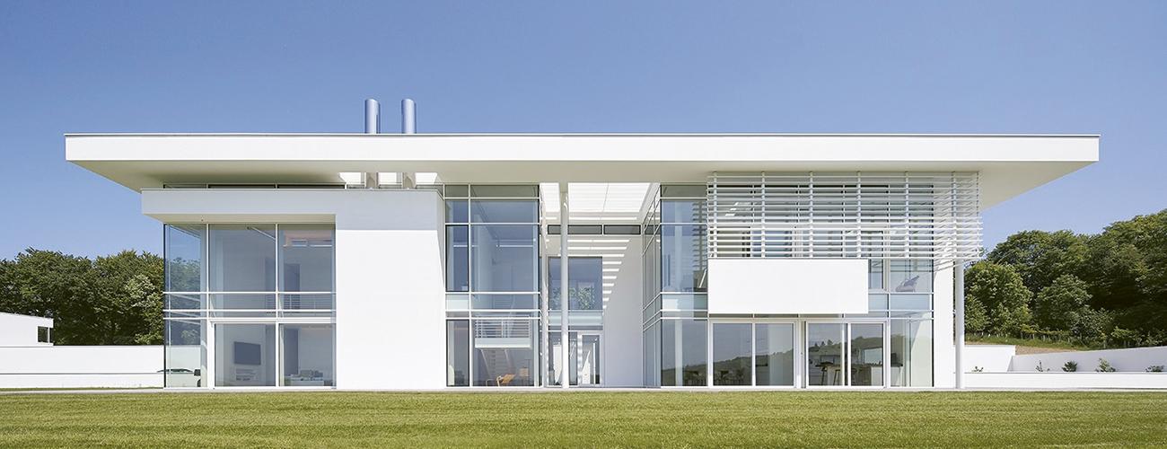 La villa futuriste que l'acteur Rowan Atkinson a commandée à Richard Meier dans la campagne anglaise. © Hufton + Crow