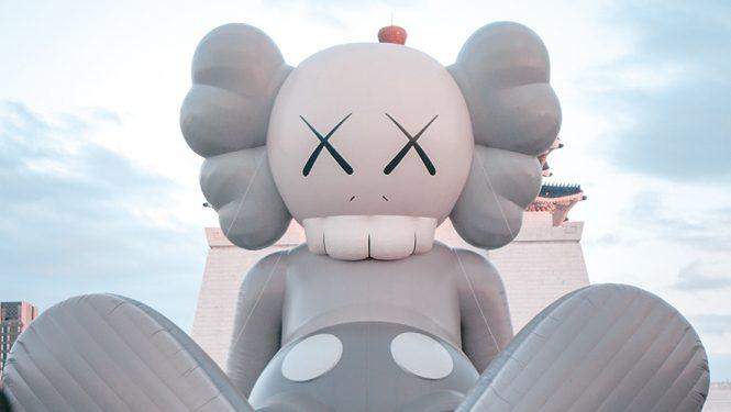 Un personnage de KAWS. L'artiste urbain star qui reprend les grandes figures de la pop culture est très apprécié en Asie.