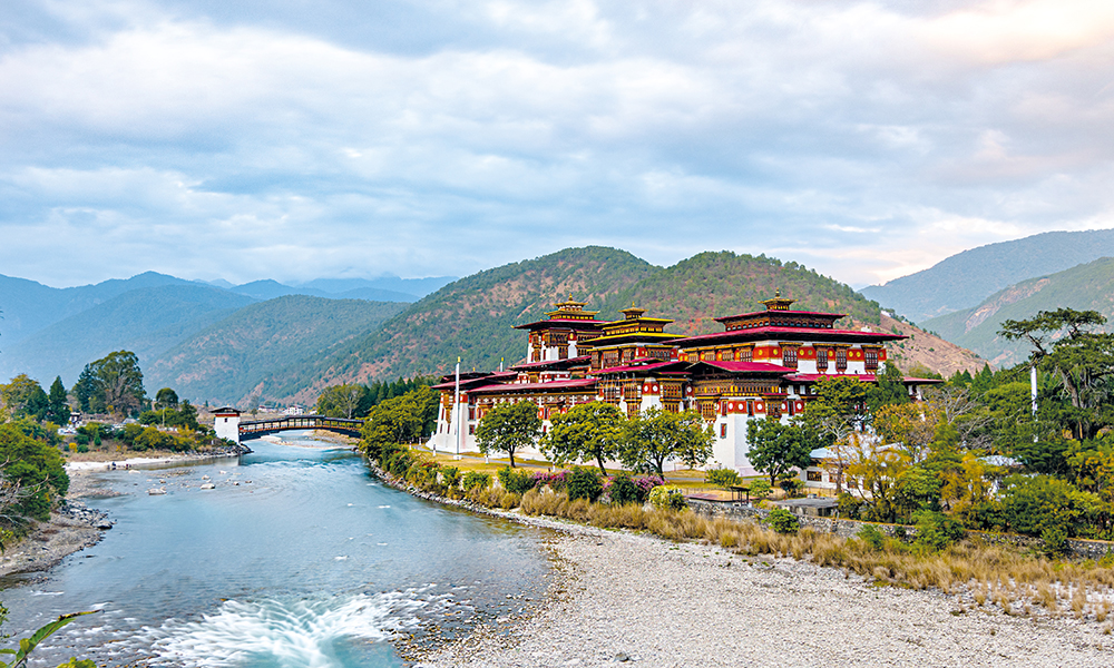 Le fort Dhe Zhabdung Namgyal est le deuxième plus ancien du royaume. Il a été construit à la confluence de deux rivières, l'une considérée comme femelle, l'autre mâle.