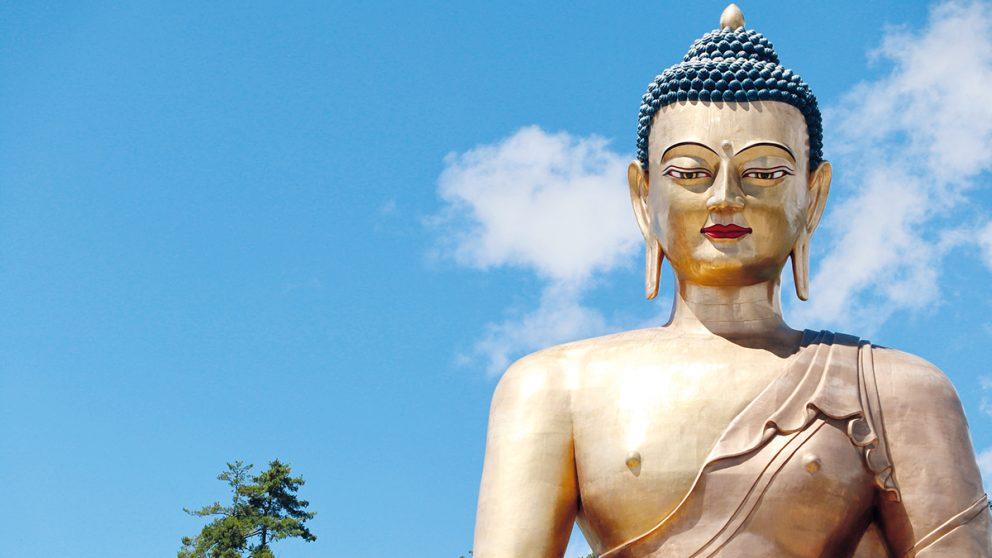 La statue géante de Bouddha recouverte d'or, au « Buddha Point » de Thimphu au Bhoutan. Cette statue de bronze et d'or mesure 51 mètres de hauteur et est l'une des plus grandes du monde.