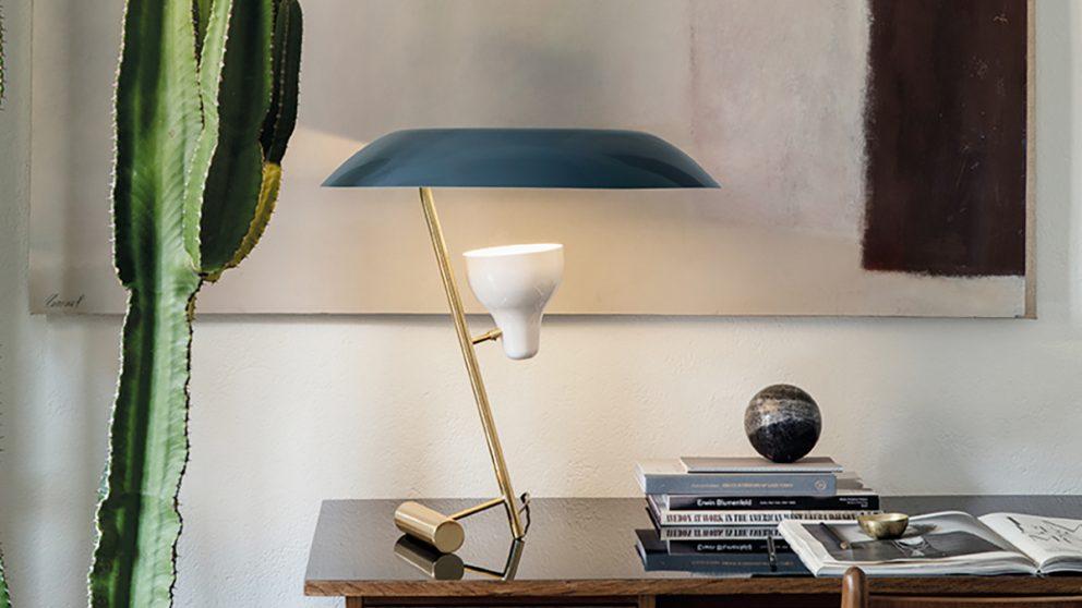 La lampe de table 548 créée pour Arteluce en 1951 et rééditée par Astep.