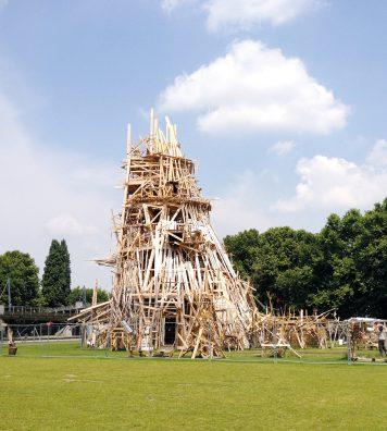 Collective Folie dans le parc de la Villette, Paris, 2013. L'installation de l'artiste fait écho aux Folies imaginées par l'architecte suisse Bernard Tschumi au même endroit.