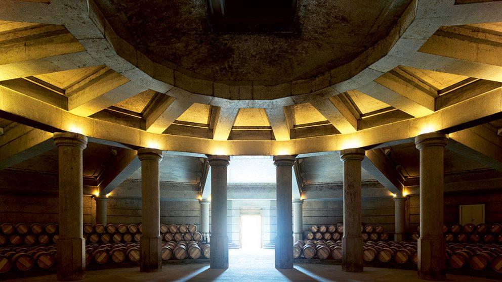 Trente-trois ans après sa construction par Ricardo Bofill, le chai de Château Lafite-Rothschild reste spectaculaire.