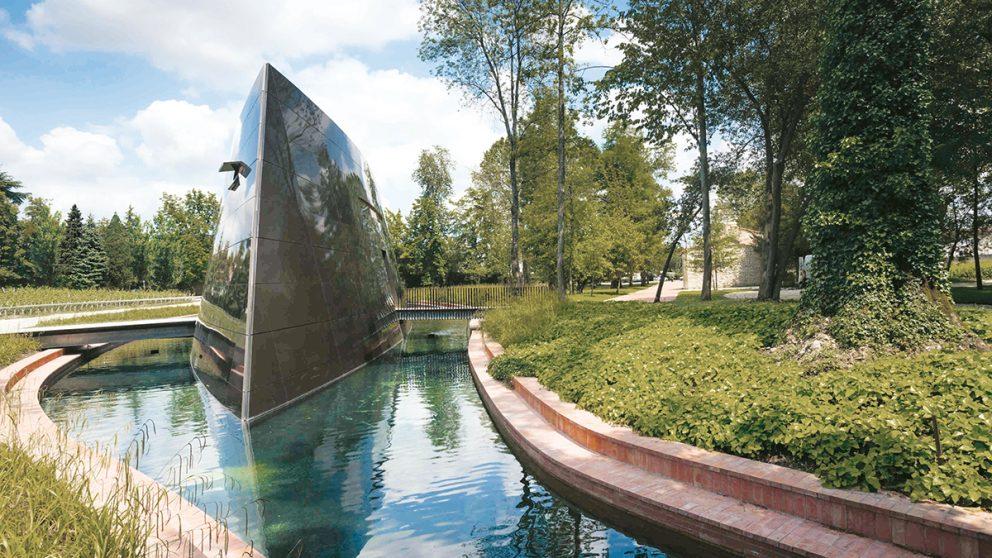 Conçu par le designer Philippe Starck, le nouveau chai du Château les Carmes Haut-Brion figure l'étrave d'un bateau.