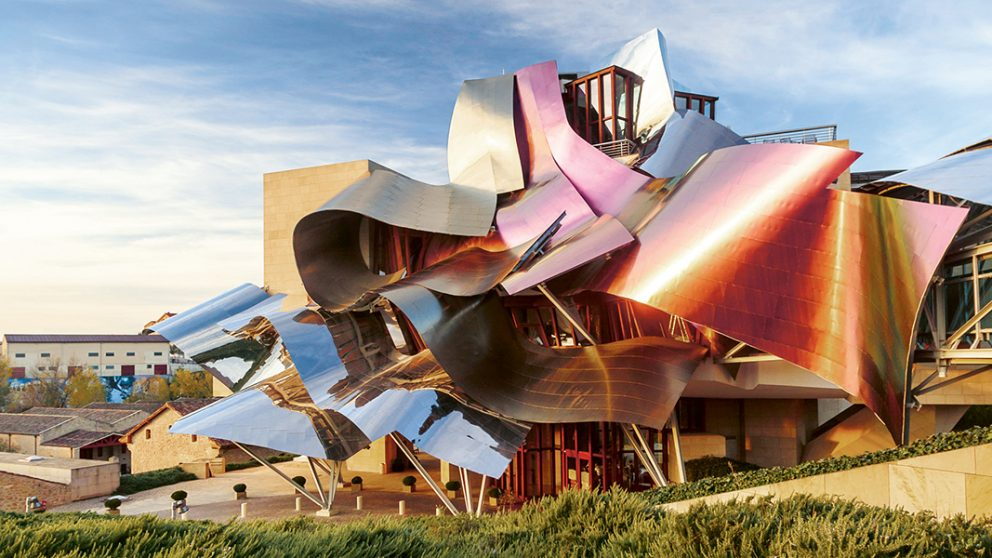 Construit en 2007 pour le Marques de Riscal, l'hôtel de Frank Gehry est le joyau de la nouvelle Cité du vin d'Elciego.