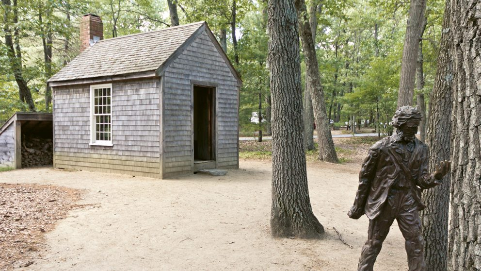 La cabane dans laquelle le philosophe et naturaliste américain Henry David Thoreau se confina volontairement pendant deux ans, entre 1845 et 1847, au bord de l'étang de Walden dans le Massachusetts.