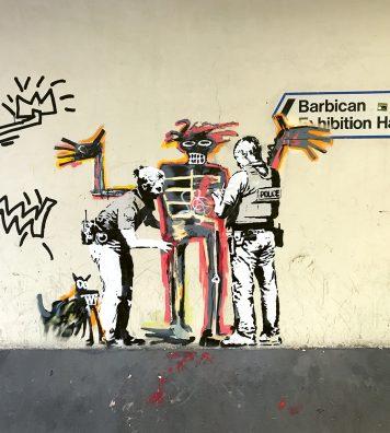 Dans les rues de Londres, Banksy rend hommage à Jean-Michel Basquiat, l'ancien graffeur devenu poids-lourd du marché de l'art.
