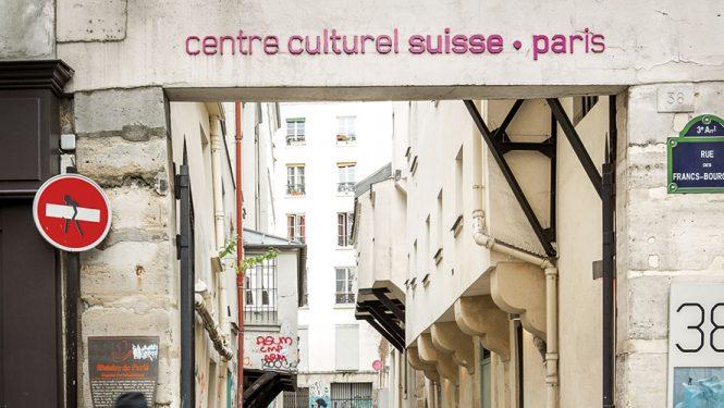 La ruelle des Arbalétriers. Entrée du Centre culturel suisse.