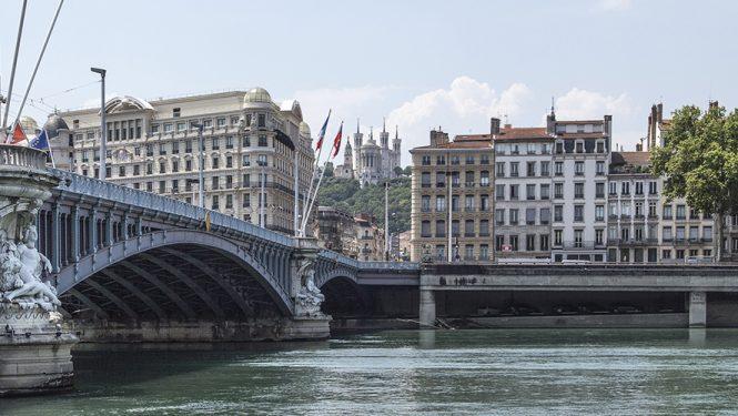 Le pont Lafayette et la rive droite du Rhône avec Notre-Dame de Fourvière en arrière-plan et les façades du Vieux Lyon. Comme celle de la Saône, les deux rives droites sont restées dans leur configuration d'origine.
