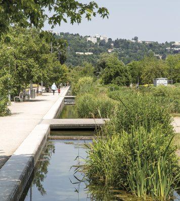 Au bord du Rhône. Les 80 hectares du parc de Gerland ont été aménagés sur d'anciens terrains industriels par Michel Corajoud en 2006.
