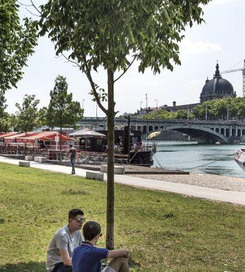 Sur les berges du Rhône. Des parkings transformés en jardins, des quais en promenades, des péniches en bars.