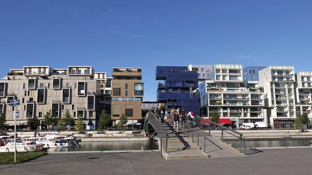 Le nouveau quartier de Confluence. Une succession de gestes architecturaux abrite logements, bureaux et commerces.