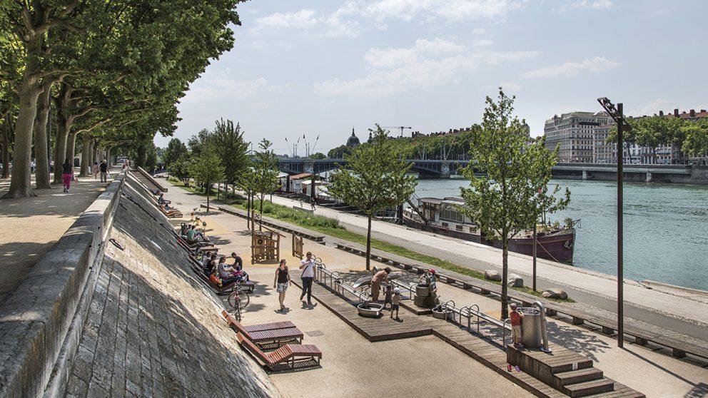 Les quais aménagés en espaces de loisirs et de détente. A gauche, le quai haut planté d'une allée de platanes. En bas, l'ancien bas-port, aujourd'hui réaménagé.