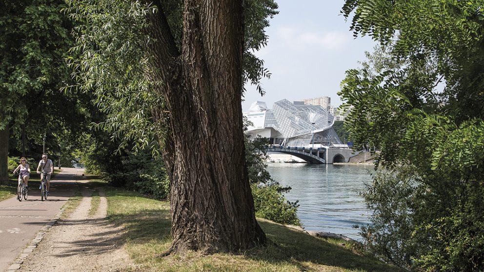 Lyon, au confluent du Rhône et de la Saône. Ici près de la Cité internationale, plusieurs kilomètres de promenade ont été aménagés. Ci-contre : le tout nouveau Musée des Confluences.