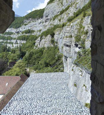 Site rocheux. Les chutes de pierres sont aujourd'hui arrêtées 10 mètres au-dessus du sol.