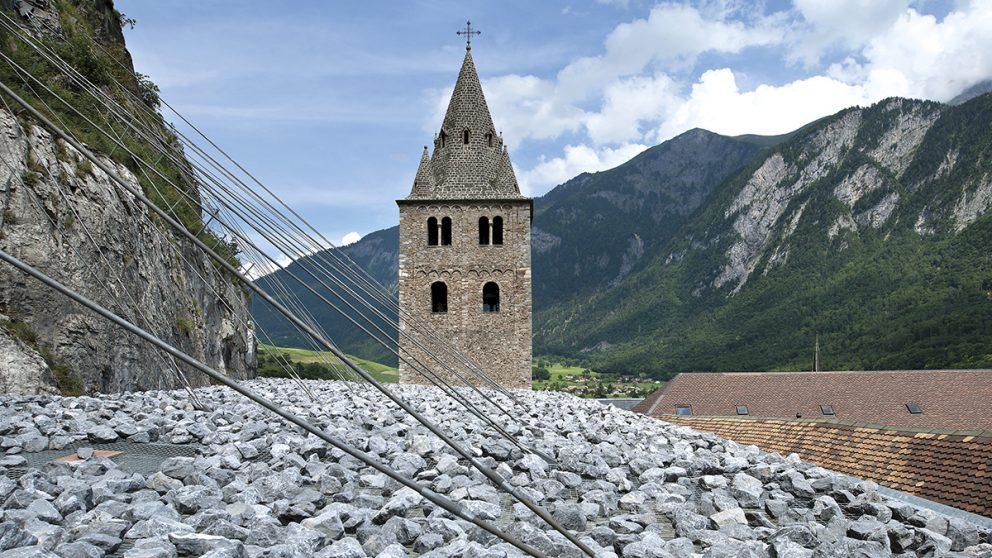 L'Abbaye de Saint-Maurice. Pour assurer sa stabilité, la toiture est couverte de 170 tonnes de pierres.