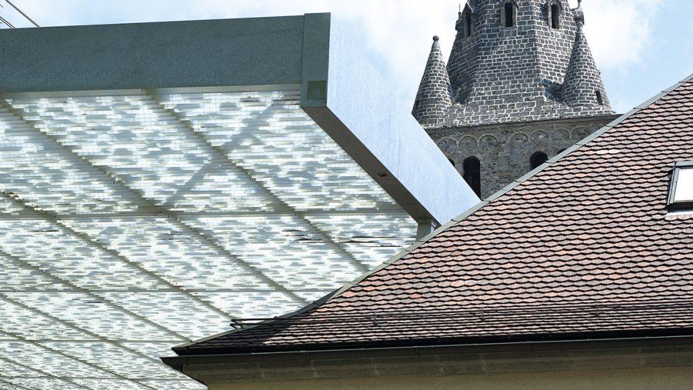 Composition architecturale. L'imbrication de trois couvertures datant de trois époques différentes.