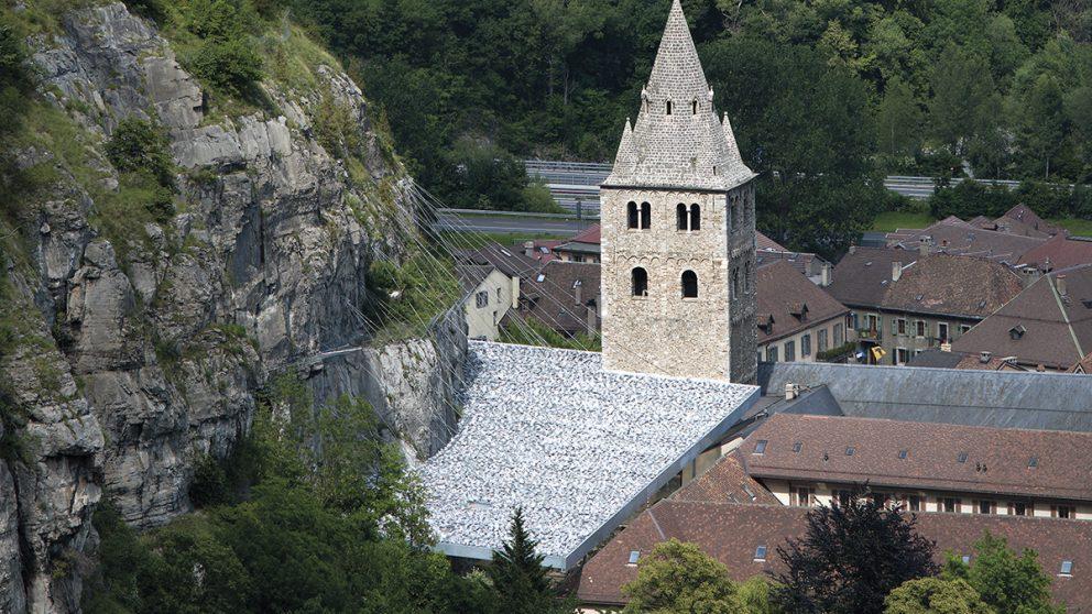 Couverture du site du Martolet. La toiture de « pierre » s'ajuste à la falaise et se superpose légèrement aux toitures des bâtiments de l'Abbaye.