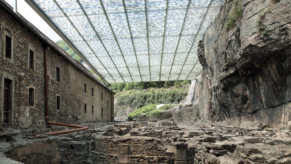 Clarté zénithale. La toiture de « pierre » filtre la lumière pour créer une ambiance propice au recueillement.