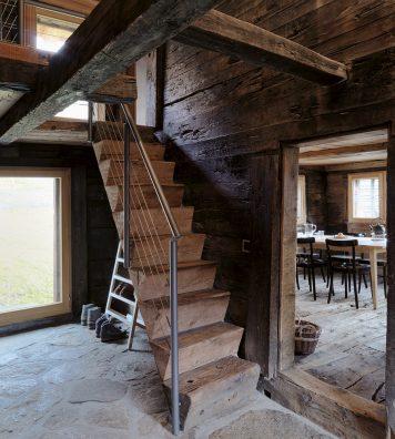 La Huberhaus, à Bellwald (VS). Restée la même depuis le XVIe siècle, la hauteur du plafond du séjour ne dépasse pas 1,88 mètre.