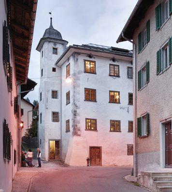 La Türalihus, à Valendas (GR). Dotée d'une belle tour d'escalier, l'imposante maison bourgeoise du XVe siècle abrite aujourd'hui deux logements séparés pour 4 et 7 personnes.
