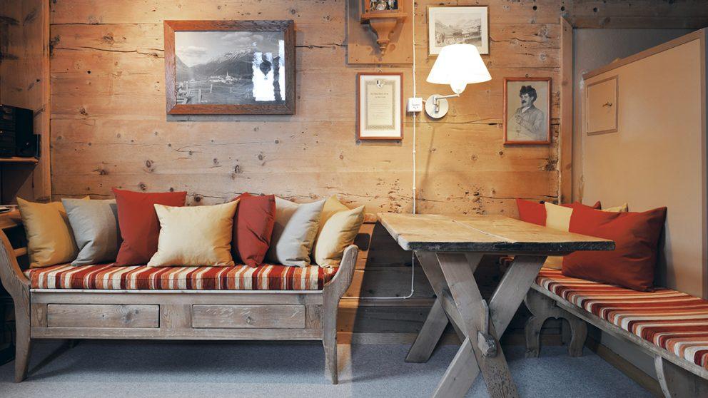 La Chesa Sulai à S-chanf (GR). Dans le salon, l'ambiance est chaleureuse et rustique.