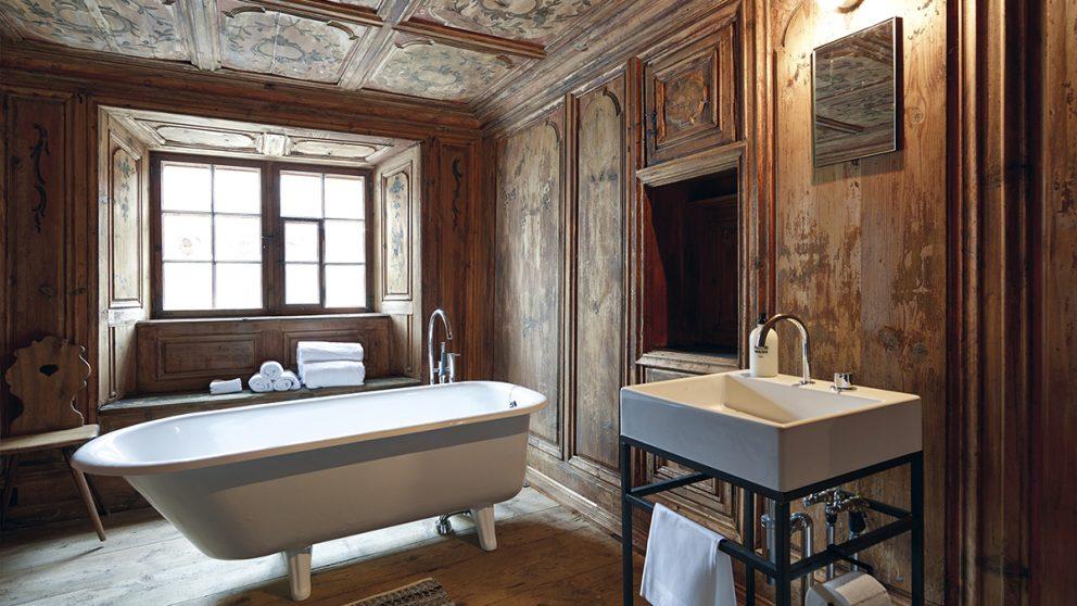 La Türalihus à Valendas (GR). La salle de bains a été rénovée tout en préservant ses accents d'autrefois.