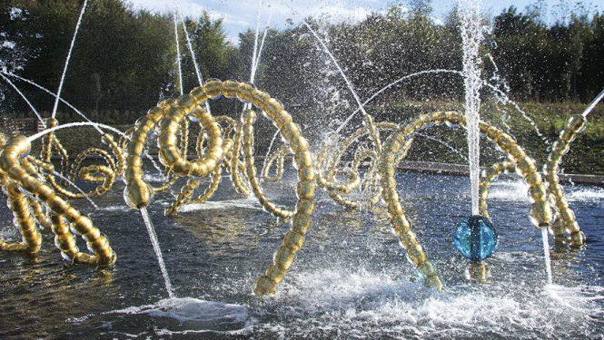 Jean-Michel Othoniel, Les Belles Danses, Versailles 2015. La Bourrée d'Achille. Sculpture-fontaine pour le bosquet du Théâtre d'Eau, jardins du château de Versailles.