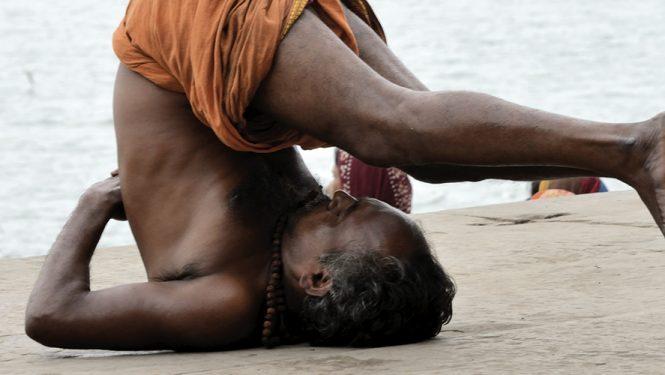 Le yoga est devenu une priorité en Inde. Shripad Naik, le Ministre indien des médecines traditionnelles entend répandre sa pratique pour améliorer la santé des Indiens.