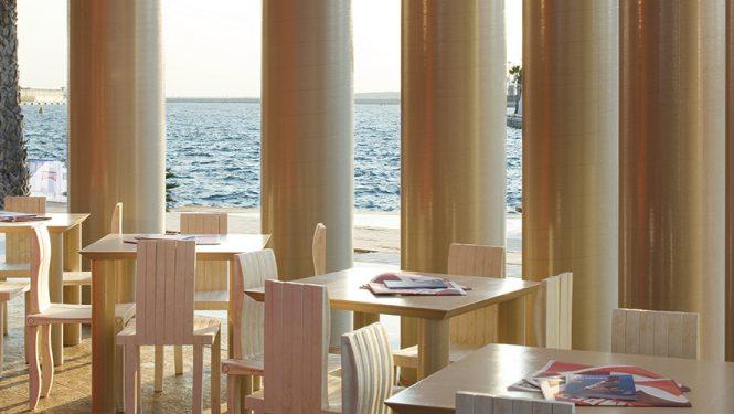 Camper Traveling Pavilion à Alicante en Espagne. Un café est aménagé sous le toit du pavillon. Les meubles ont été dessinés par Shigeru Ban.